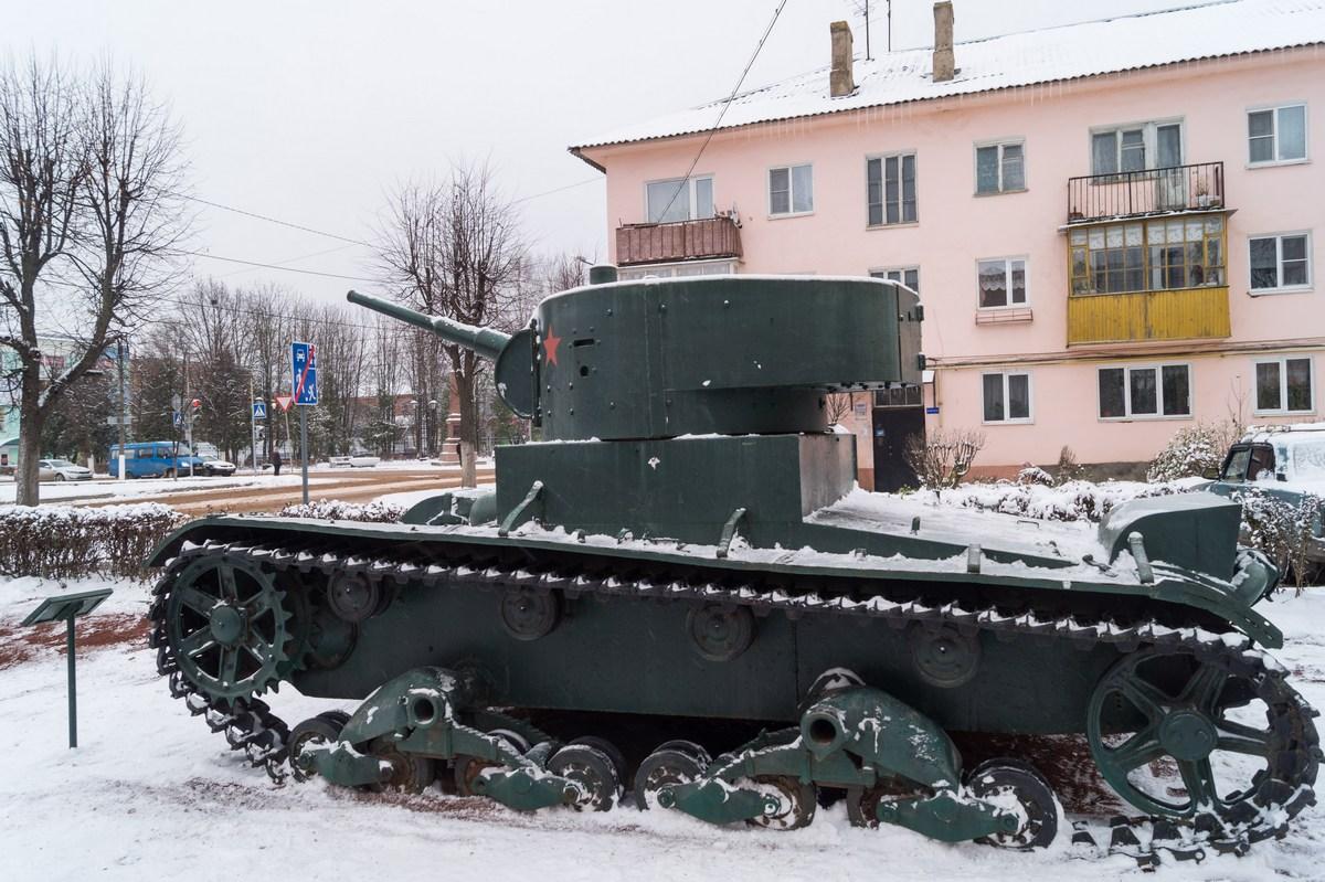 Старая Русса. Танк Т-26 на Александровской улице.