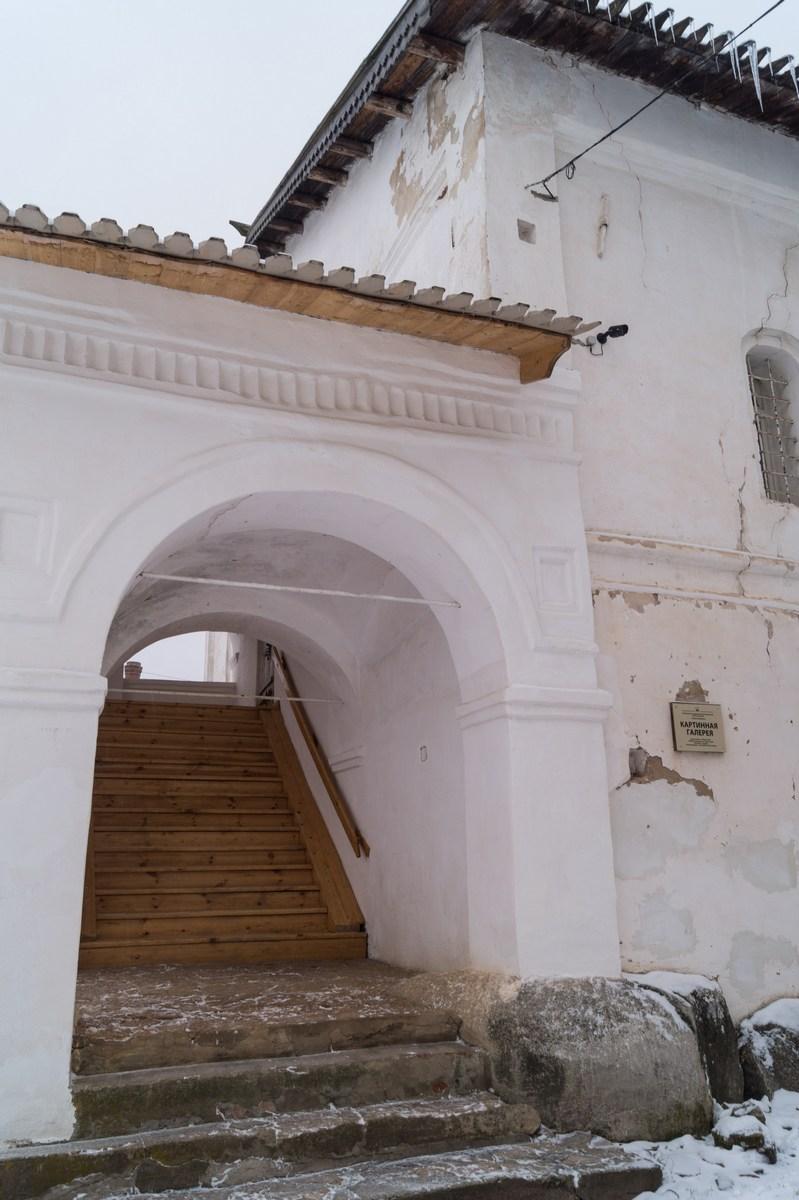 Старая Русса. Спасо-Преображенский монастырь. Церковь Сретения Господня. У крыльца.