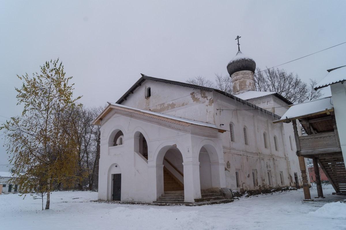Старая Русса. Спасо-Преображенский монастырь. Церковь Сретения Господня. Вид на вход.