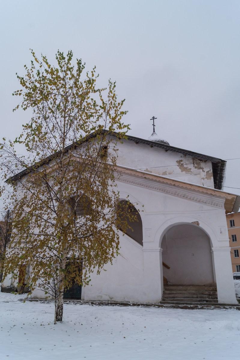 Старая Русса. Спасо-Преображенский монастырь. Церковь Сретения Господня. И последний привет золотой осени.