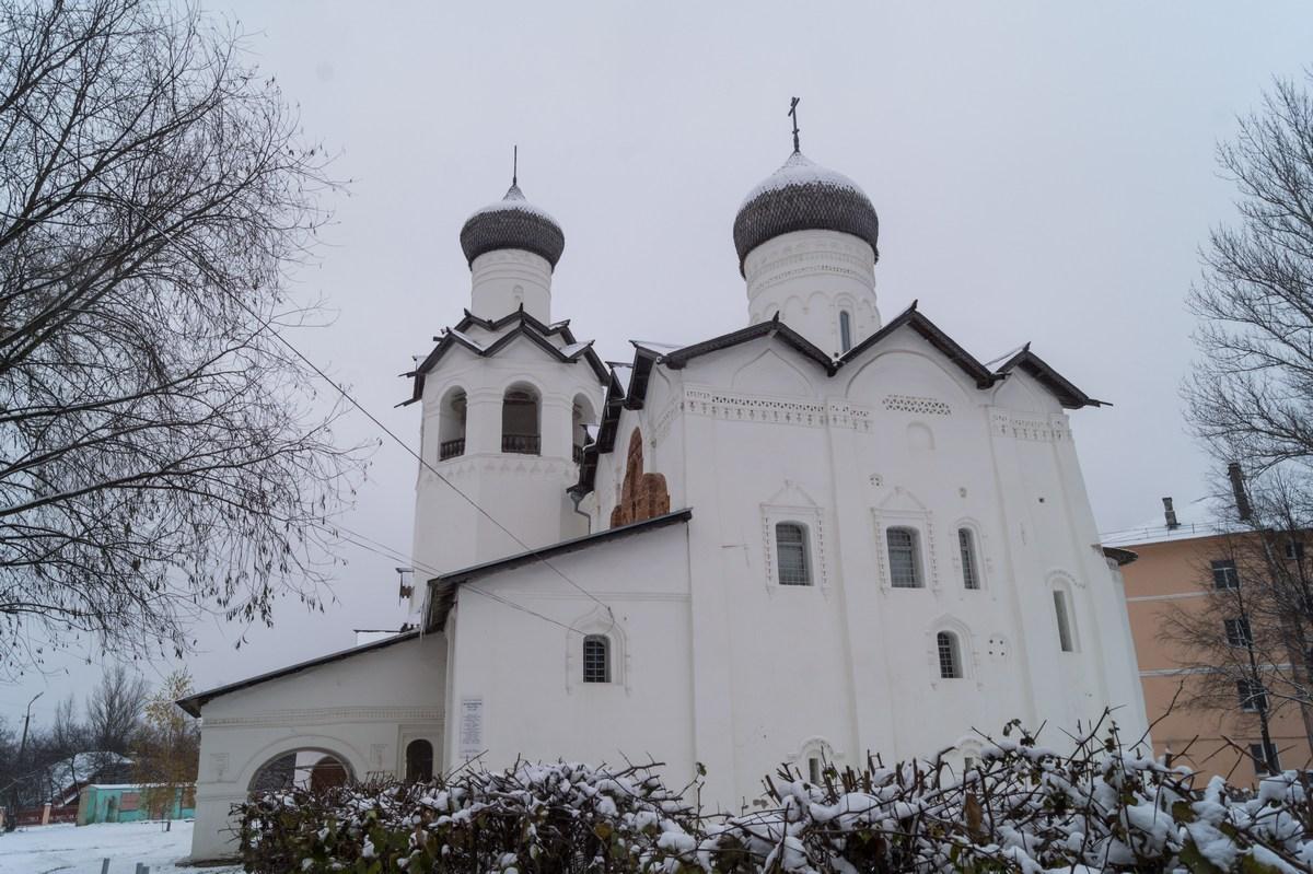 Старая Русса. Спасо-Преображенский монастырь. Собор Спаса Преображения (1442). Начало зимы. Ноябрь.