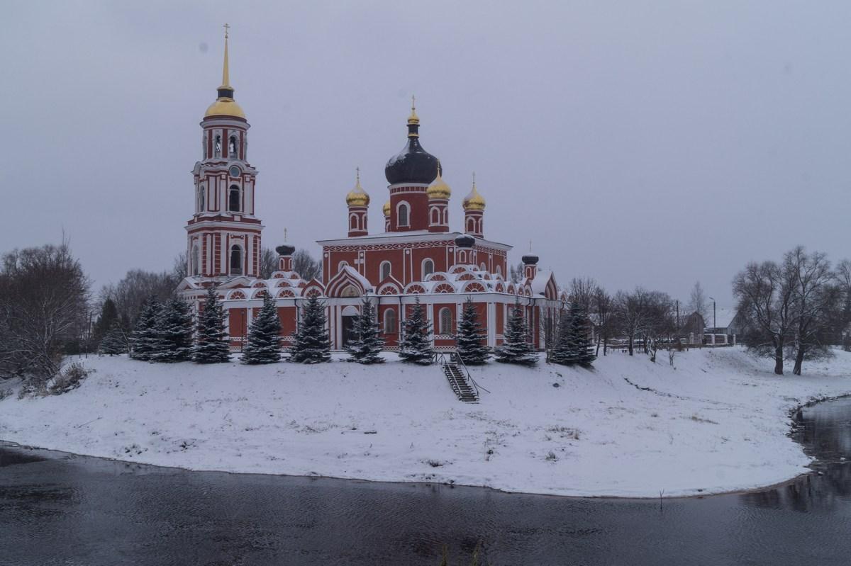 Старая Русса. Воскресенский собор на месте впадения Порусьи в Полисть. Начало ноября.