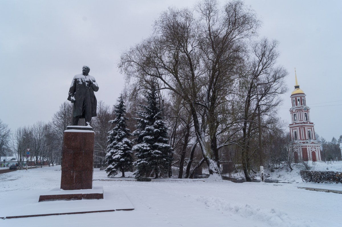 Старая Русса. Ильич и колокольня Воскресенского собора. Мирное соседство.