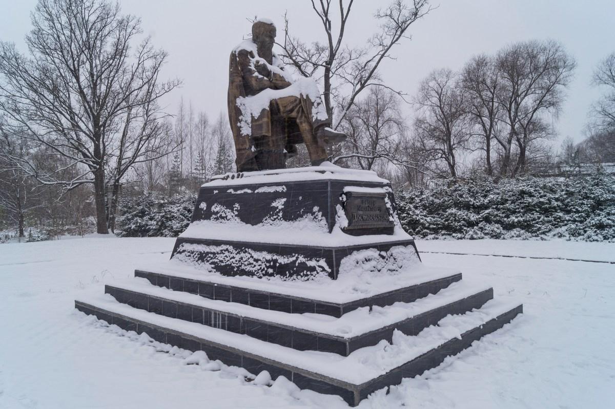Старая Русса. Памятник Достоевскому.