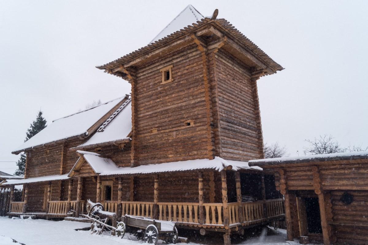 Старая Русса. Усадьба средневекового рушанина. Высокая башня.