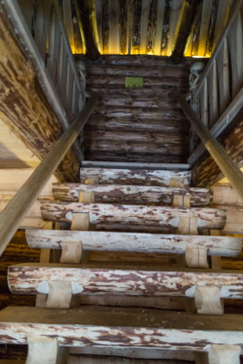 Старая Русса. Усадьба средневекового рушанина. Подъем по лестнице.