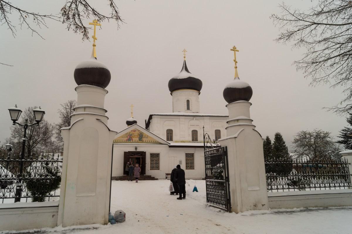 Старая Русса. У входа на двор Георгиевской церкви.