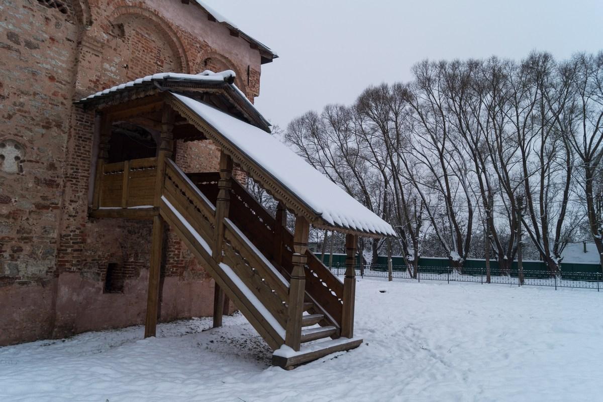 Старая Русса. Церковь Святого Великомученика Мины. Крыльцо.