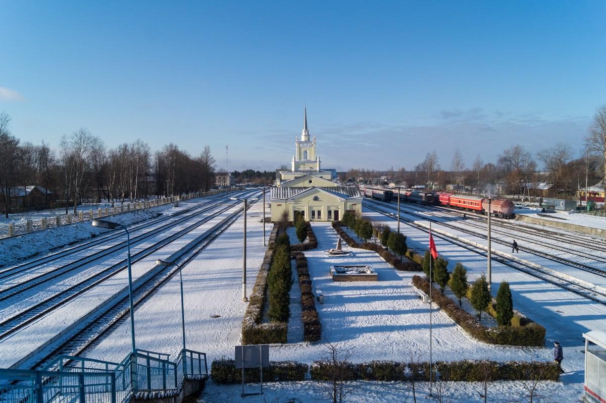 Вид на железнодорожный вокзал в Дно.