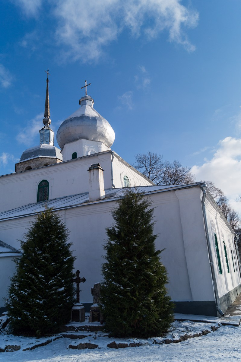 Псковская область. У Порховской крепости. У Никольской церкви.