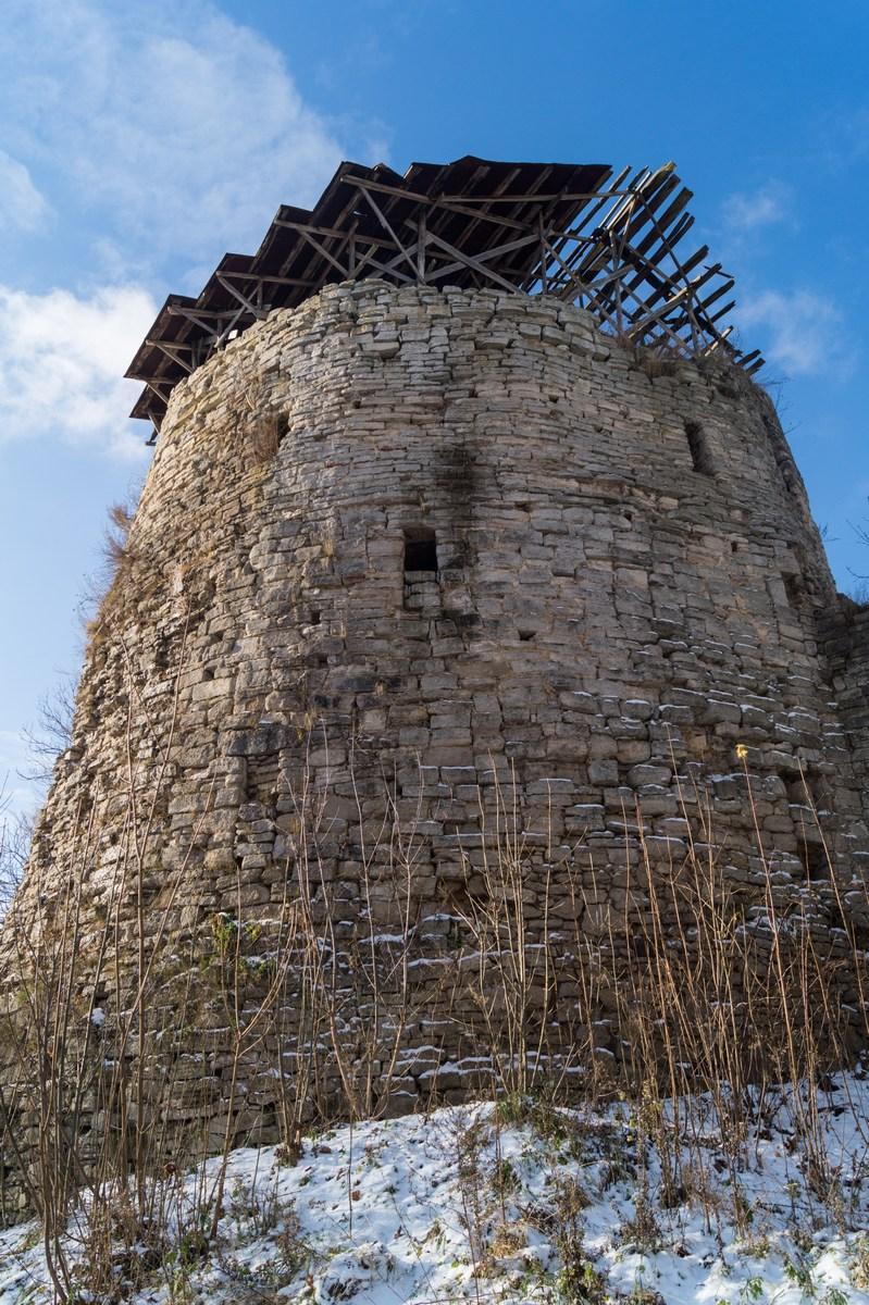 Псковская область. У стен Порховской крепости. Средняя башня. Ноябрь.