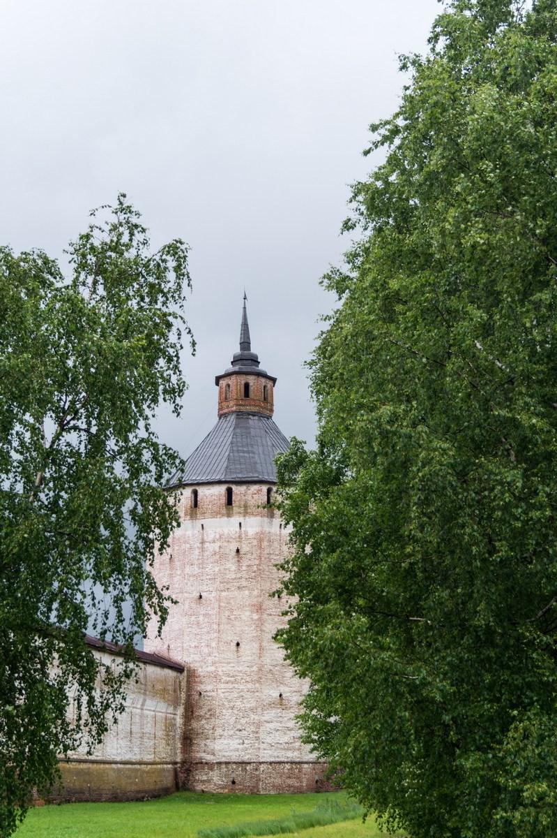 У Кирилло-Белозерского монастыря. Начало лета.