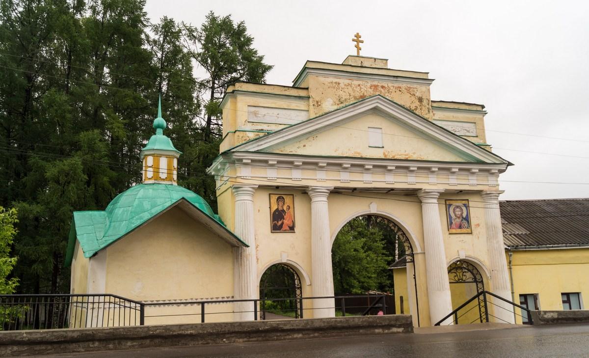 Тихвинский Успенский монастырь. Ворота.