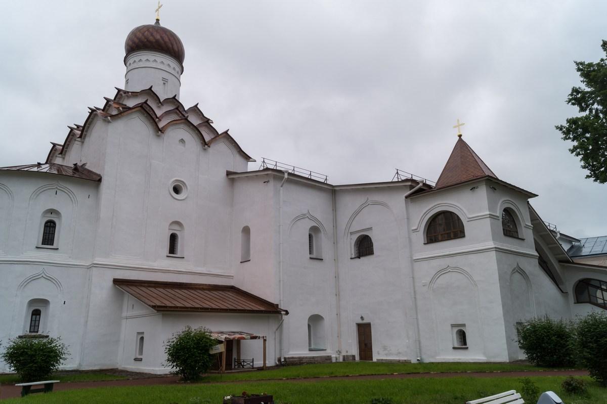 Тихвинский Успенский монастырь. Покровская церковь у звонницы.