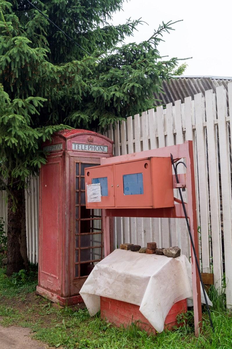 Тихвинский Успенский монастырь. Лондонская телефонная будка. И пожарный щит при ней.