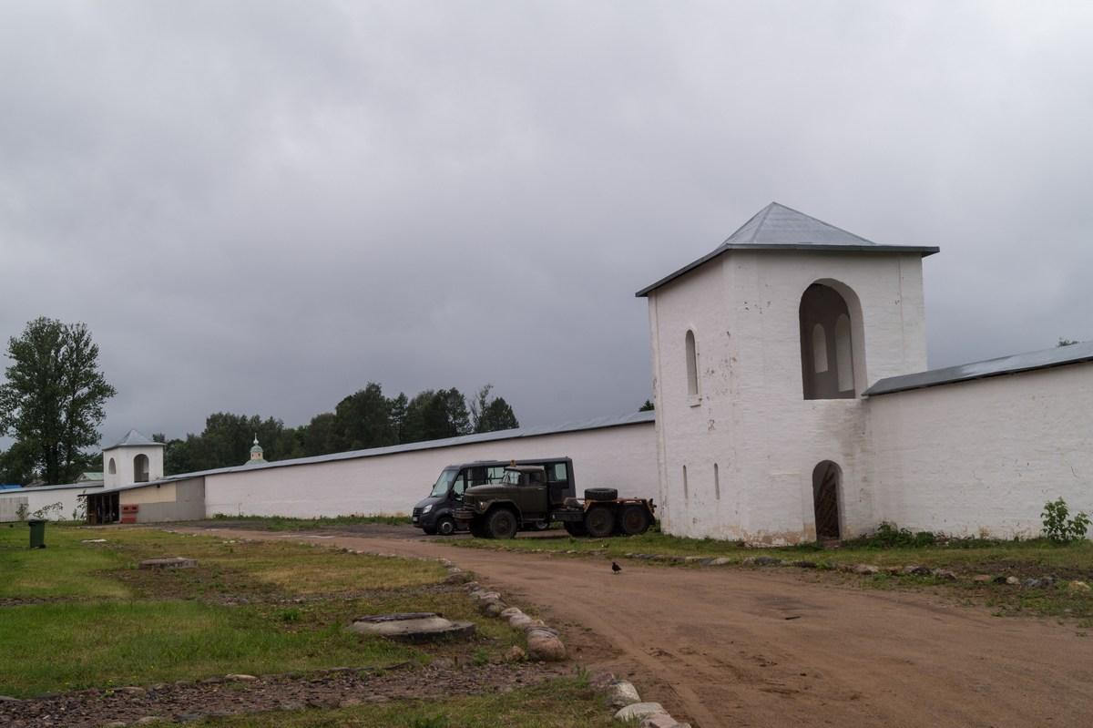 Тихвинский Успенский монастырь. Одна из башен старой крепостной стены у Тихвинки.
