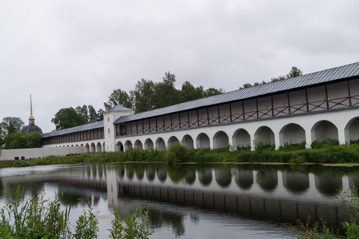 Тихвинский Успенский монастырь. Сырково озеро и стены монастыря.