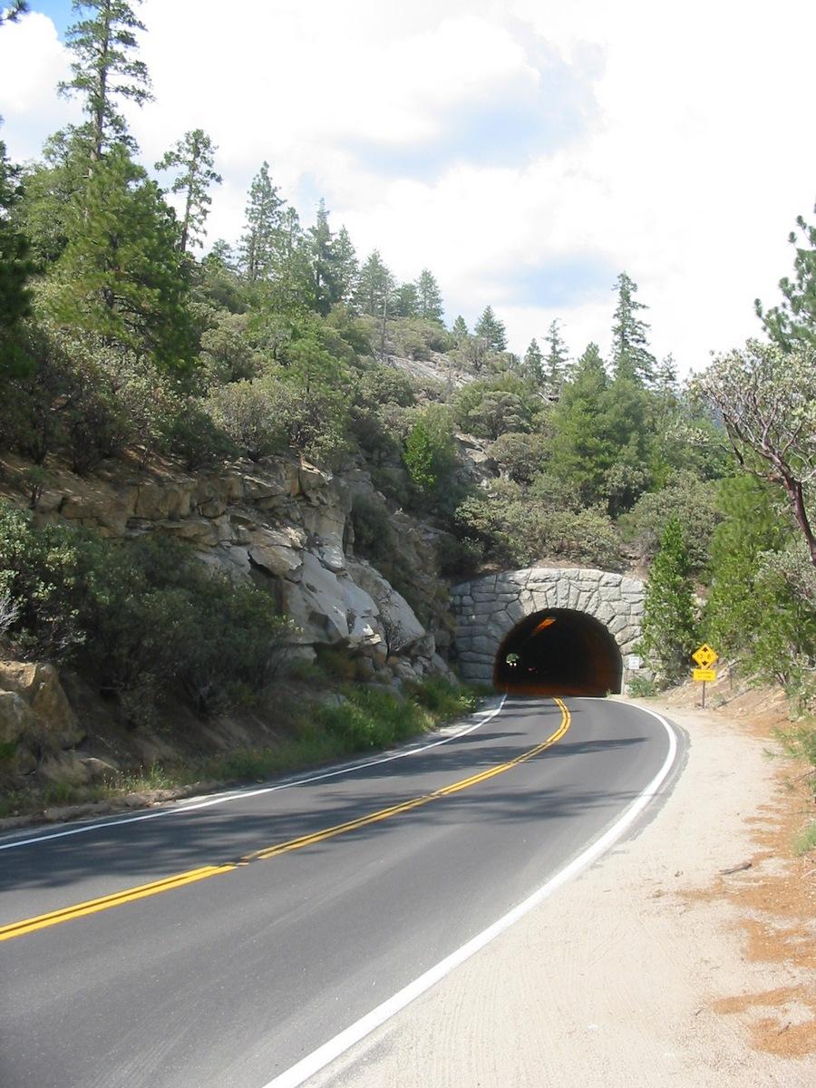 Калифорния. По дороге к Йосемити. У тоннеля.