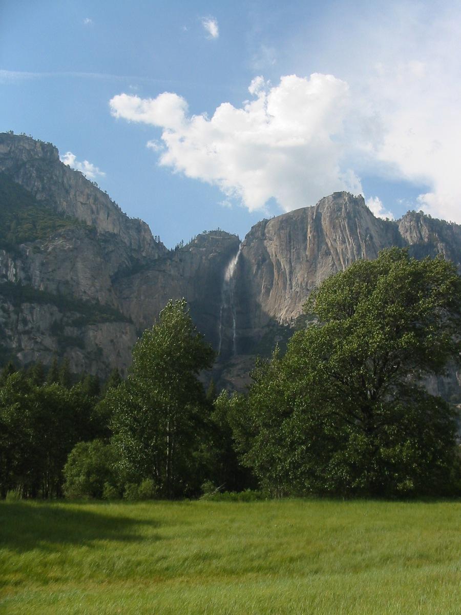 Один из многочисленных высоких водопадов Йосемити. Долина