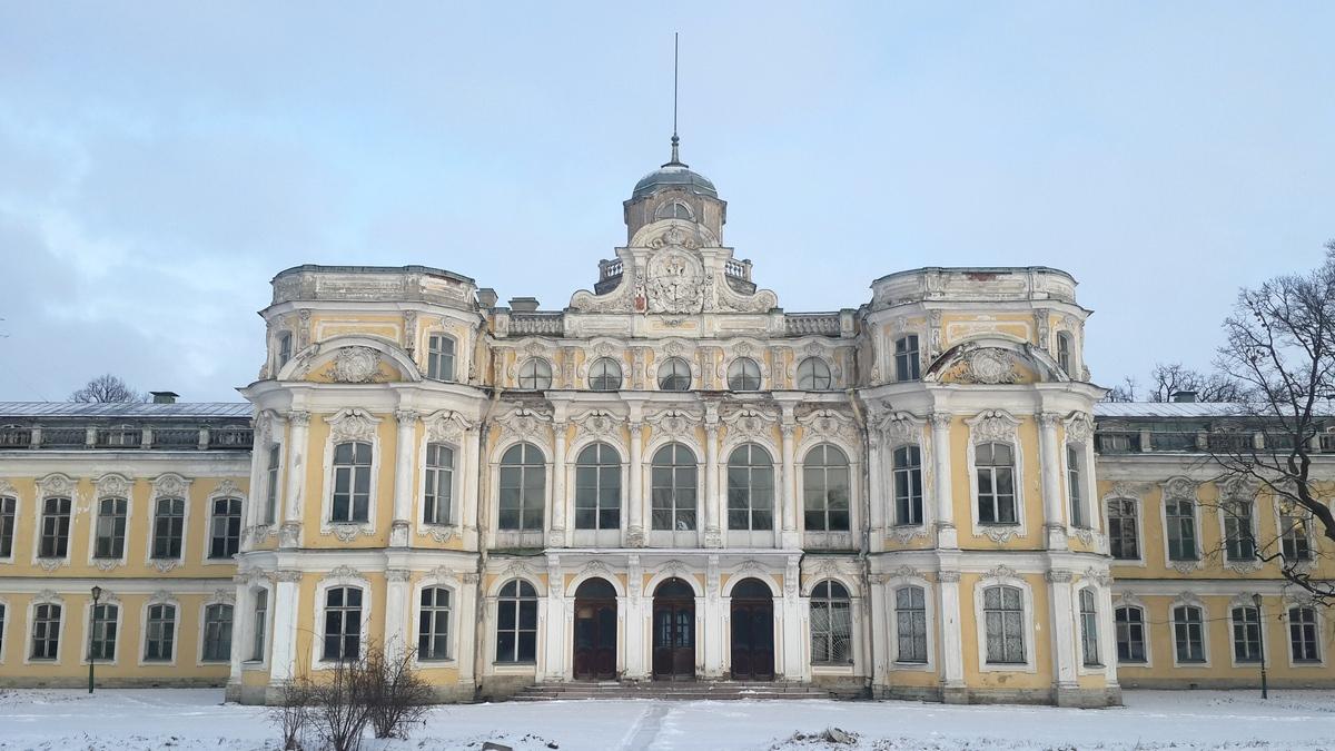 Парадный фасад Знаменского дворца.