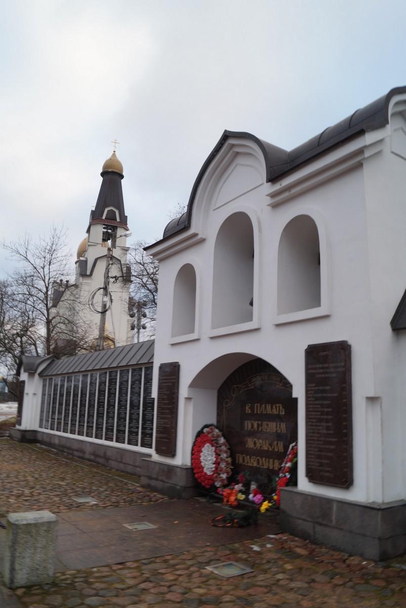 Памятная стена у часовни святителя Николая Чудотворца в Сестрорецке.