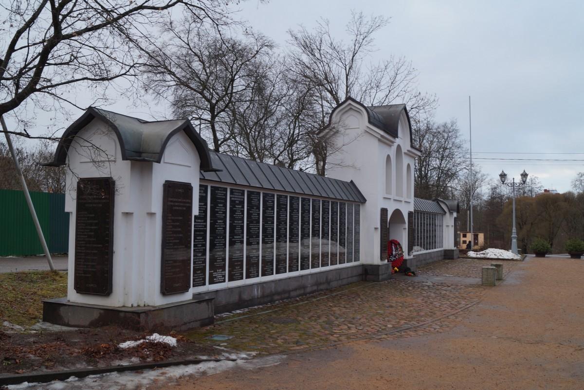 Сестрорецк. Памятная стена в честь погибших подводников у Петропавловской церкви.
