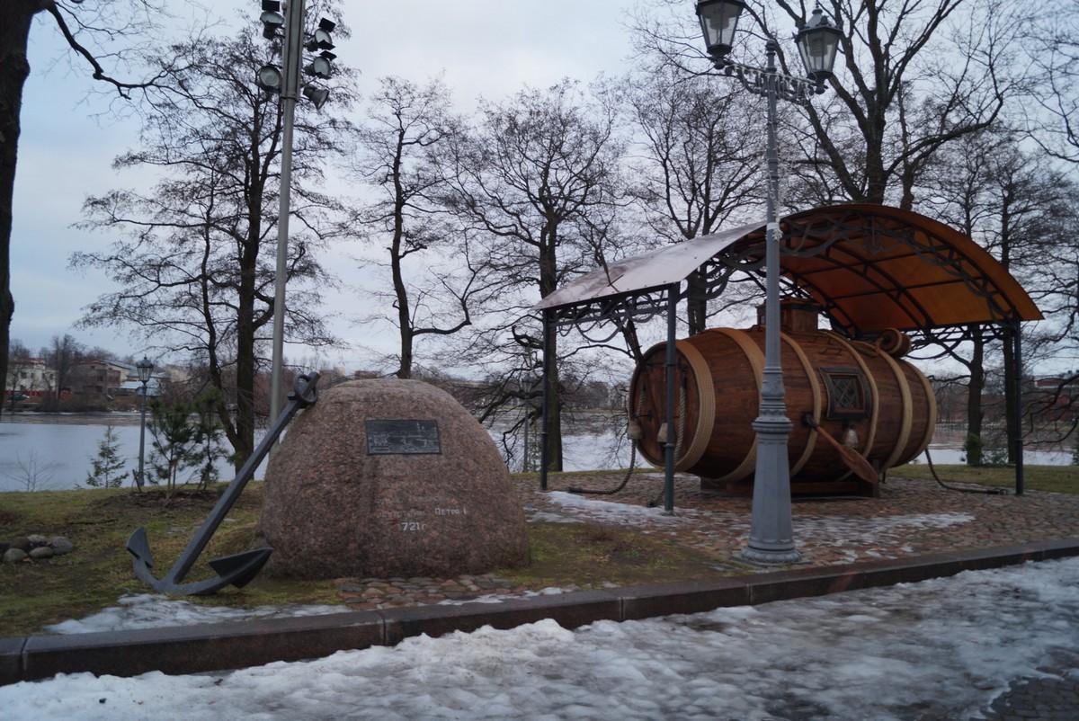 """На берегу Сестрорецкого разлива. """"Потаенное судно"""" Ефима Никонова и камень в честь первых испытаний подводного судна в 1721 году."""