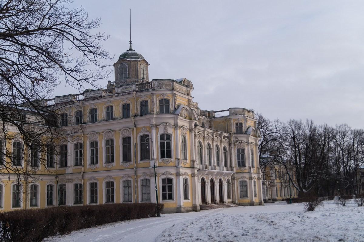 У Знаменского дворца.