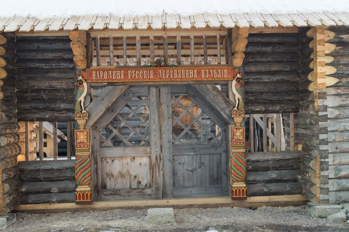 У ансамбля Покровского погоста. Деревянные изделия, видимо, здесь будут продаваться.