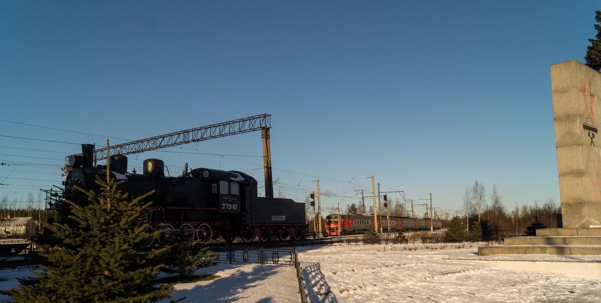 Станция Петрокрепость. Паровоз Эм 721-83 и прибывающая электричка.