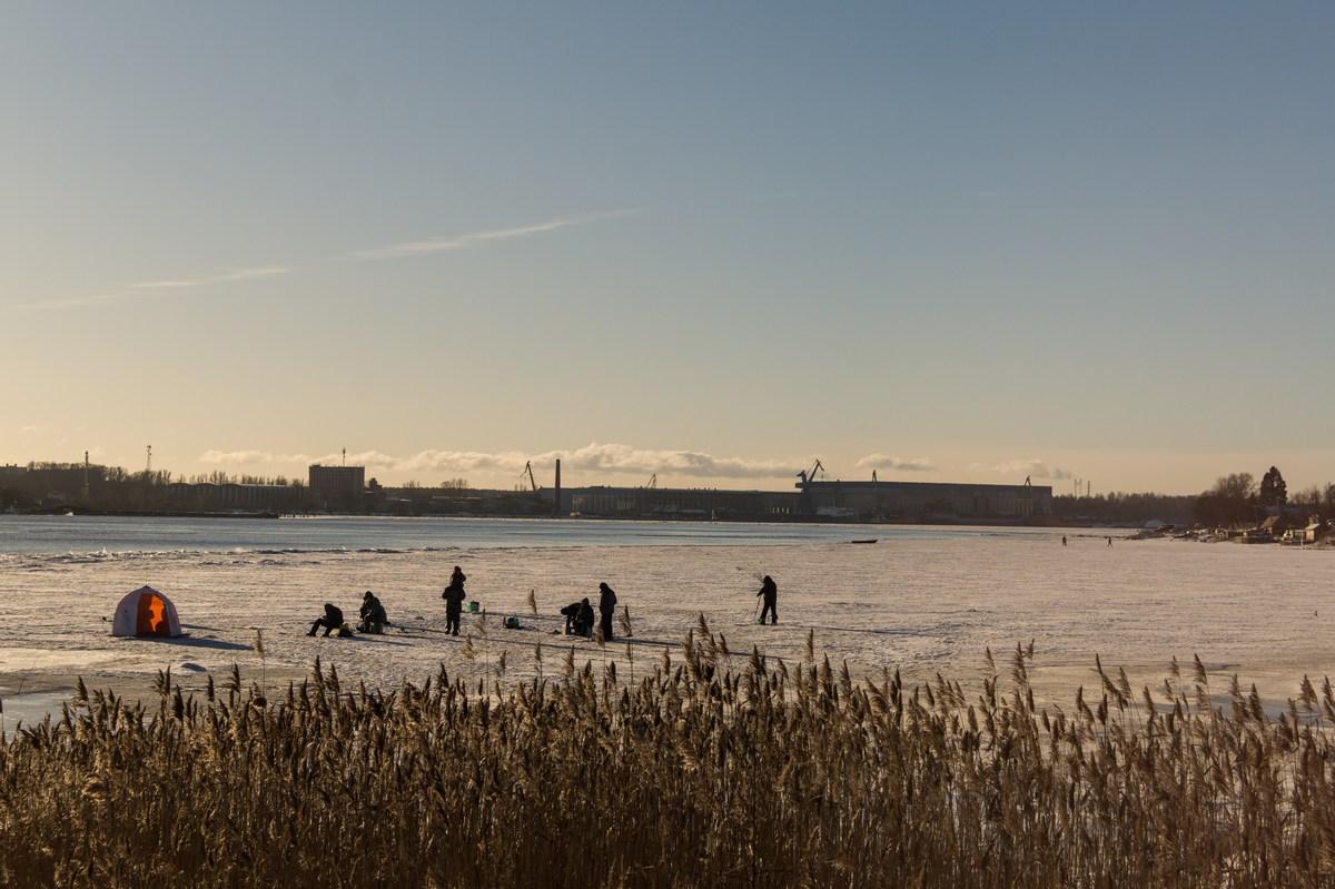 У Петрокрепости. Рыбаки на Неве. С видом на Шлиссельбург.