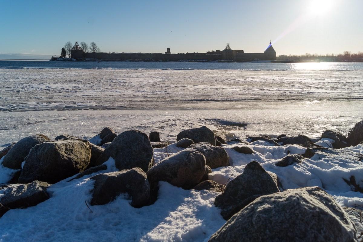 У Ладожского озера и у Невы. Вид на Ореховый остров и на крепость Орешек. Январь.