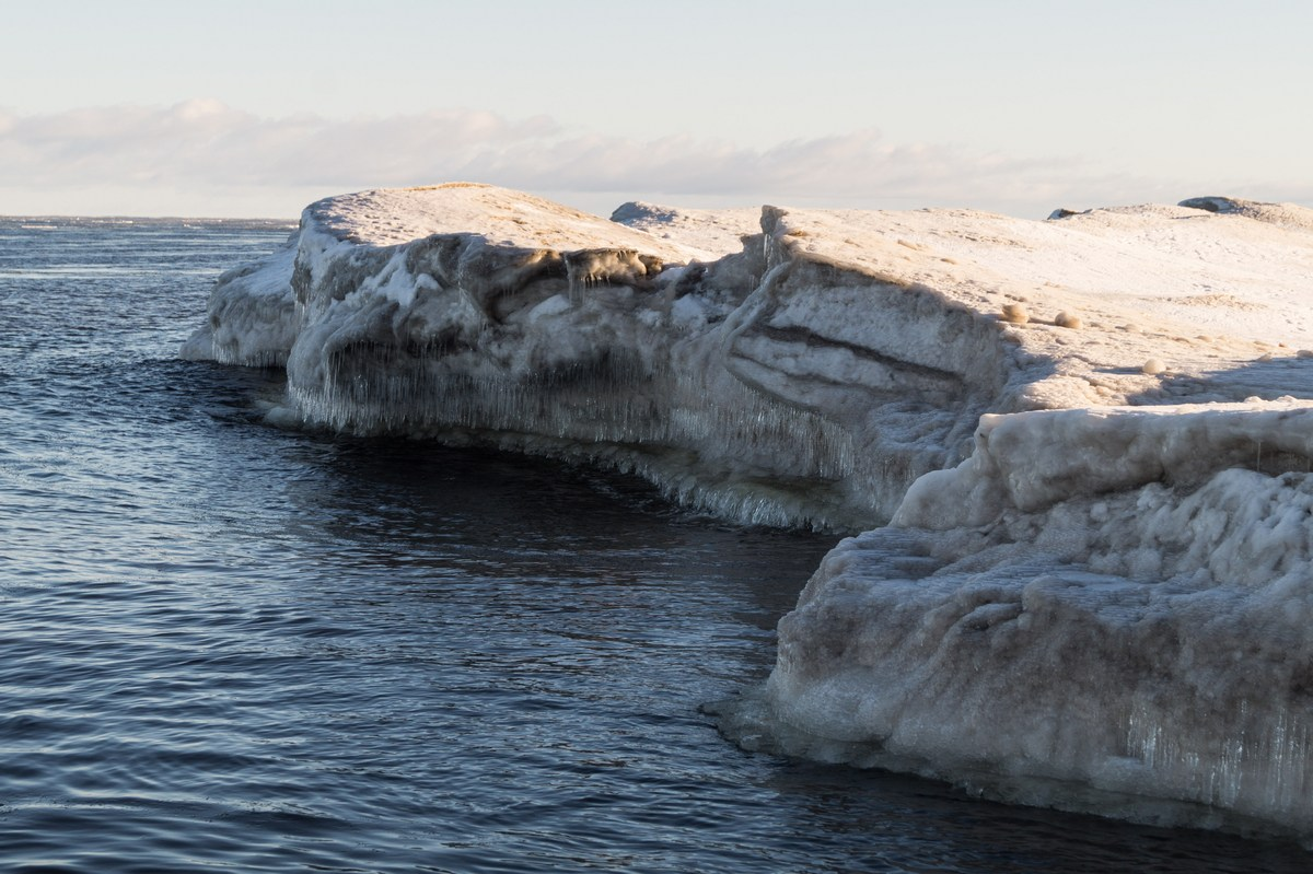 Ледяные глыбы у берегов Ладоги.