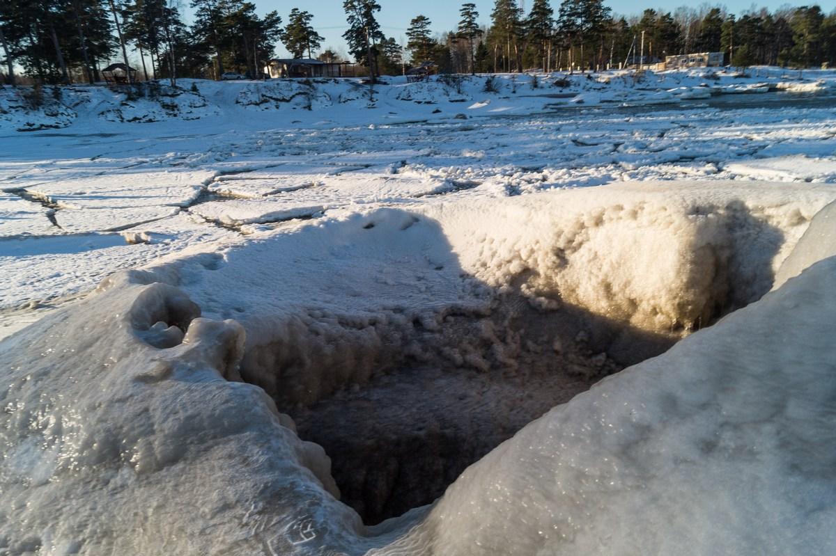 """Ледяной """"колодец"""" у берега Ладожского озера."""