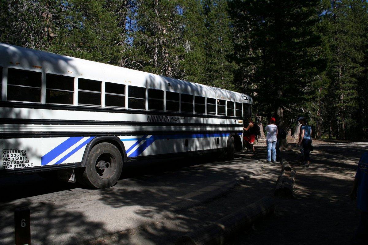 """Калифорния. Курорт """"Мамонтовы озера"""". Автобус, доставляющий туристов к столбам Дьявола."""