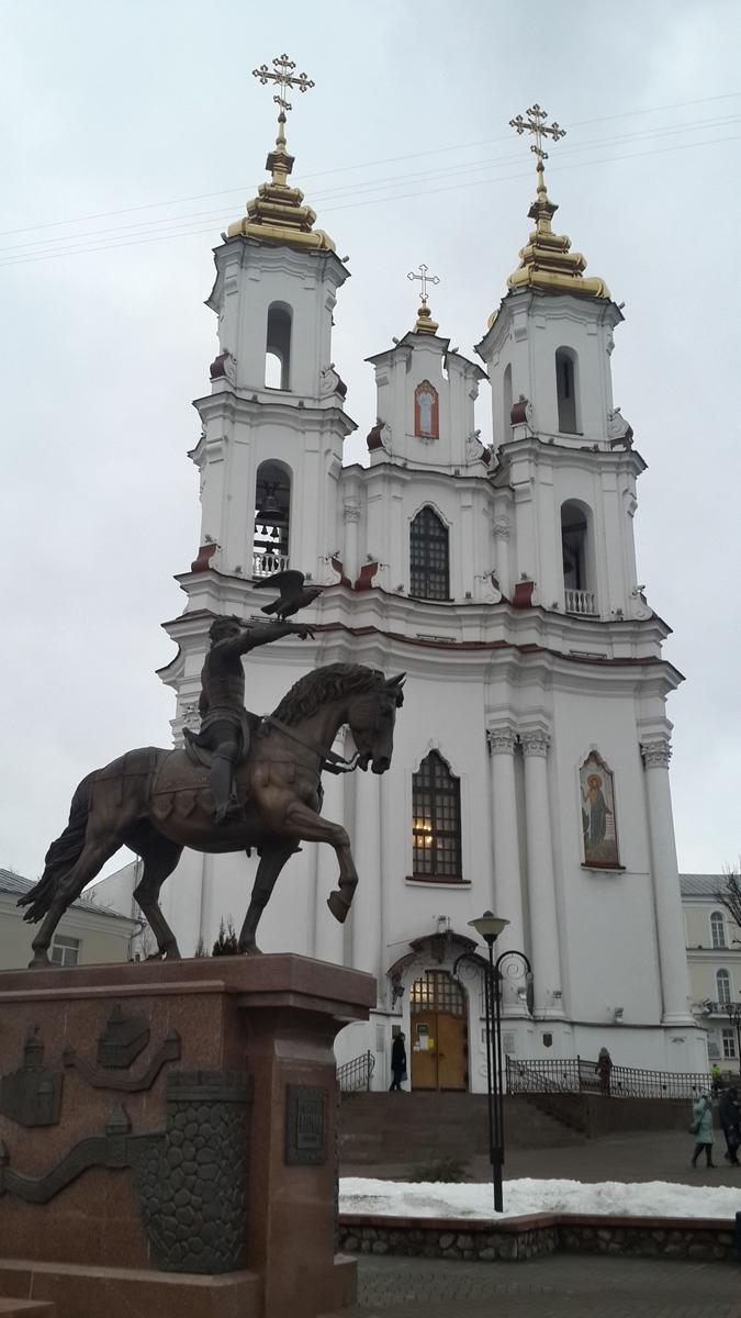 Витебск. Воскресенская церковь (Антония Римлянина) и памятник князю Ольгерду.