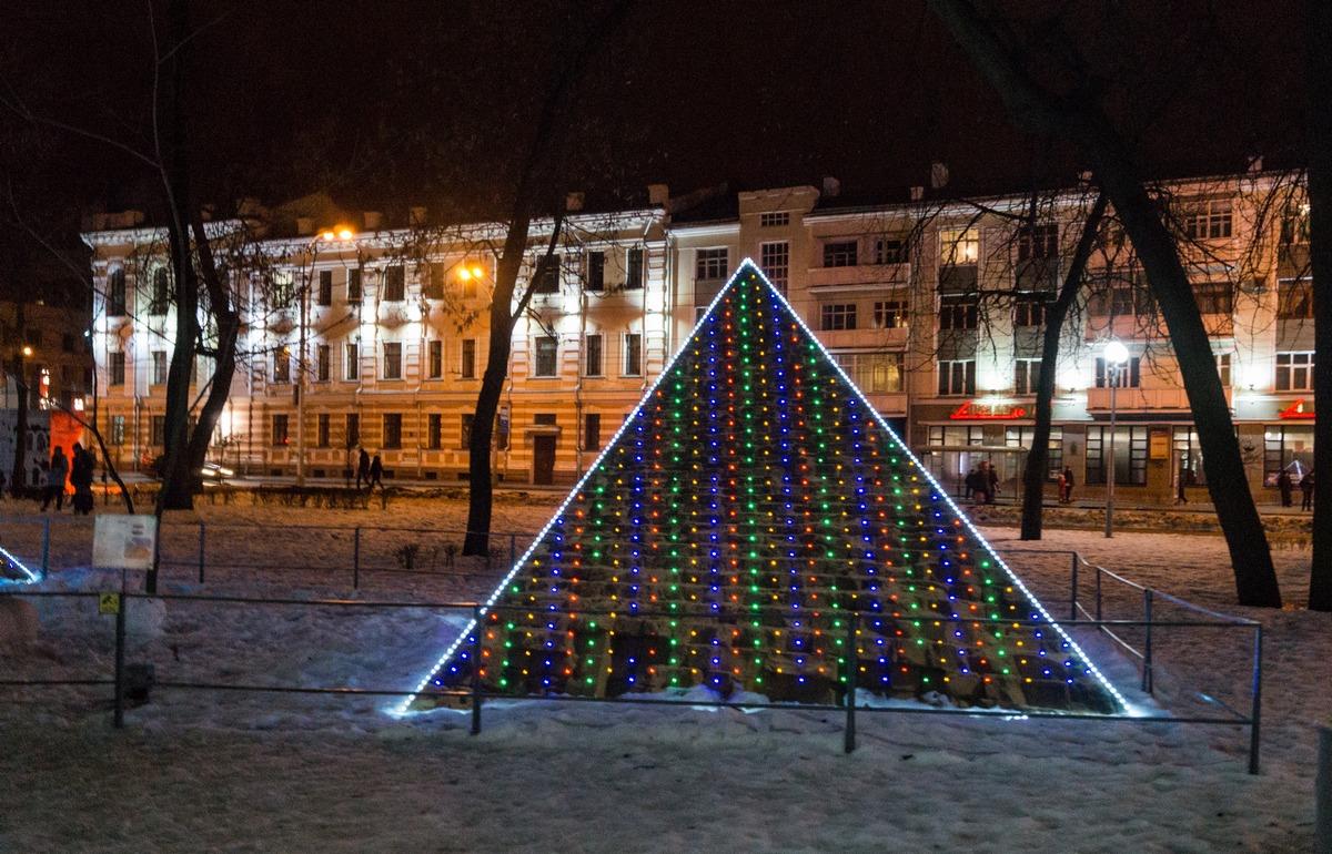 Гомель. Сквер имени Громыко. Веселые, почти новогодние пирамиды.