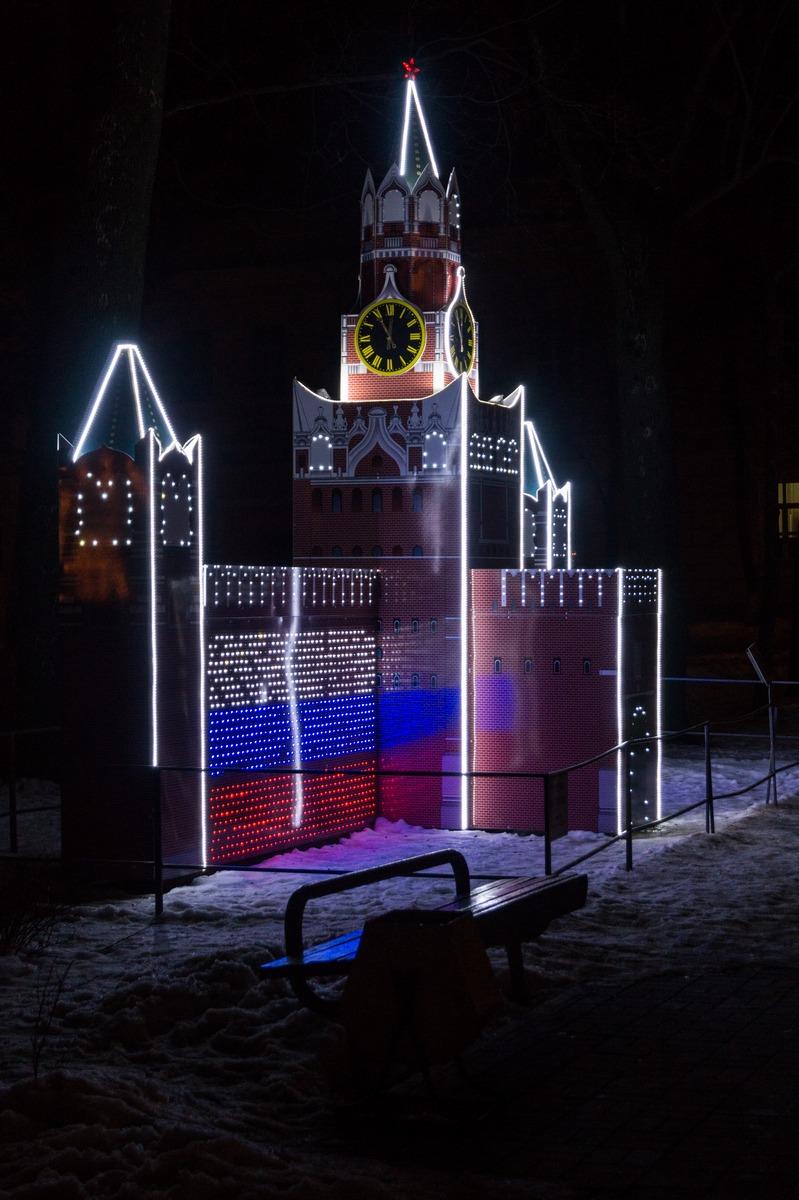 Гомель. Сквер имени Громыко. Спасская башня Московского кремля.