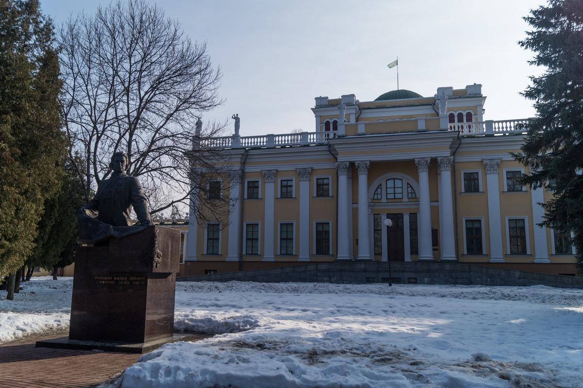 Гомель. Дворец Румянцевых-Паскевичей. Фасад и памятник графу Румянцеву.
