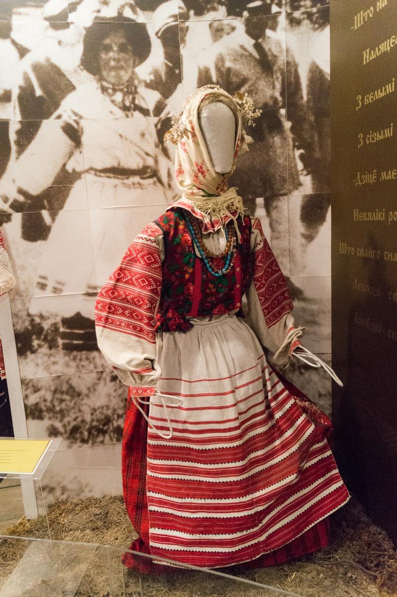 """Мозырь. Музей """"Полесская веда"""". Костюм замужней женщины."""