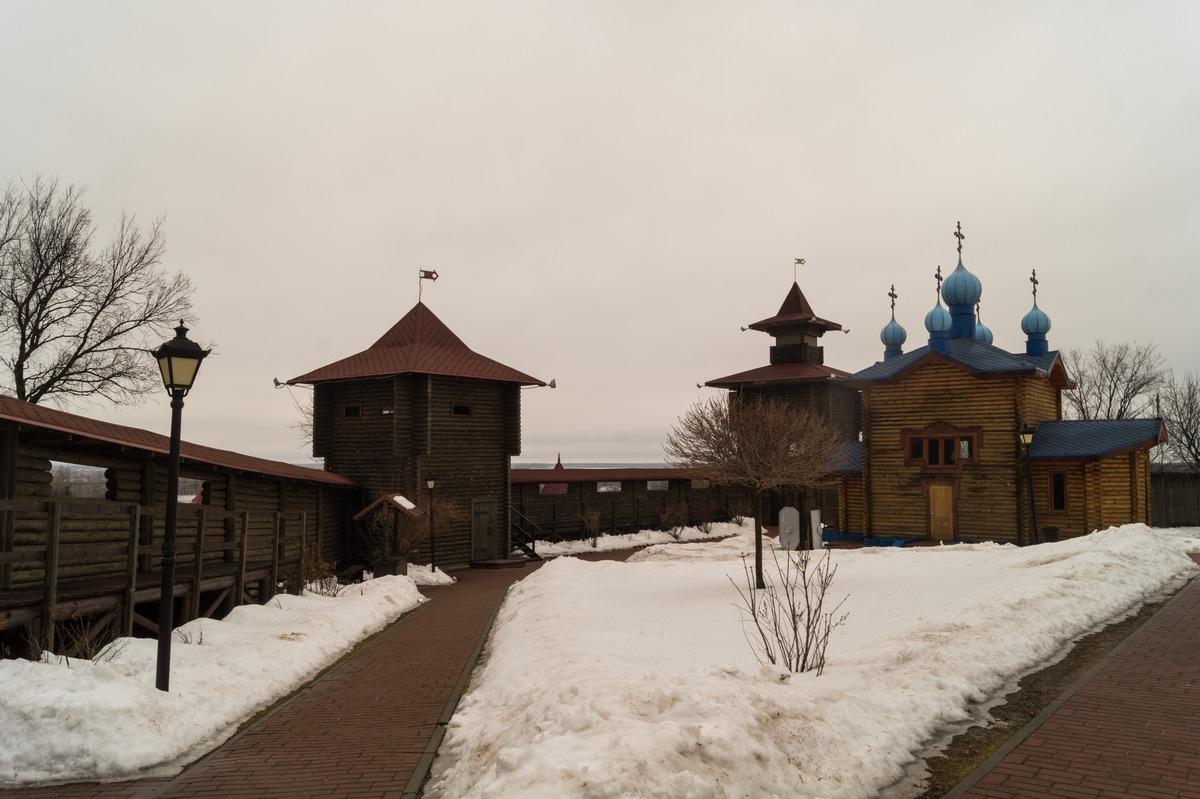 В Мозырском замке. Башни и Преображенский храм (2010).