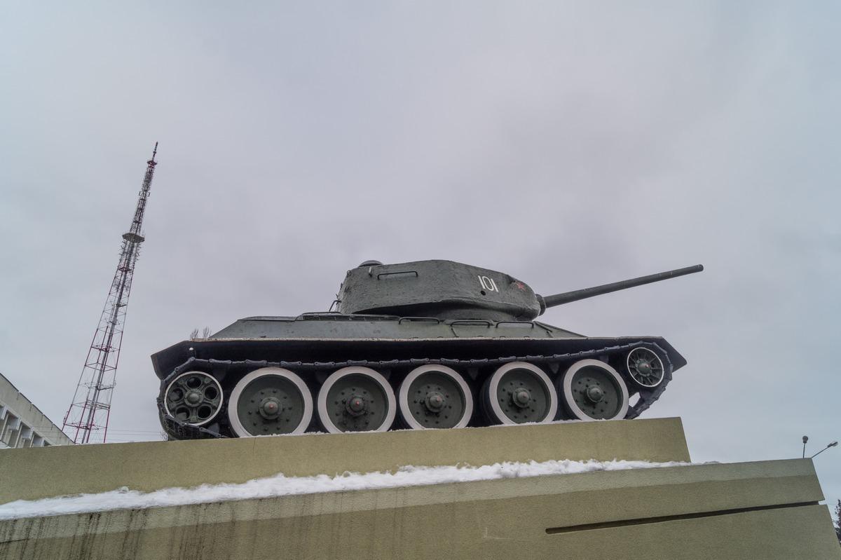 Гомель. На площади Восстания. Танк Т-34-85 на постаменте.