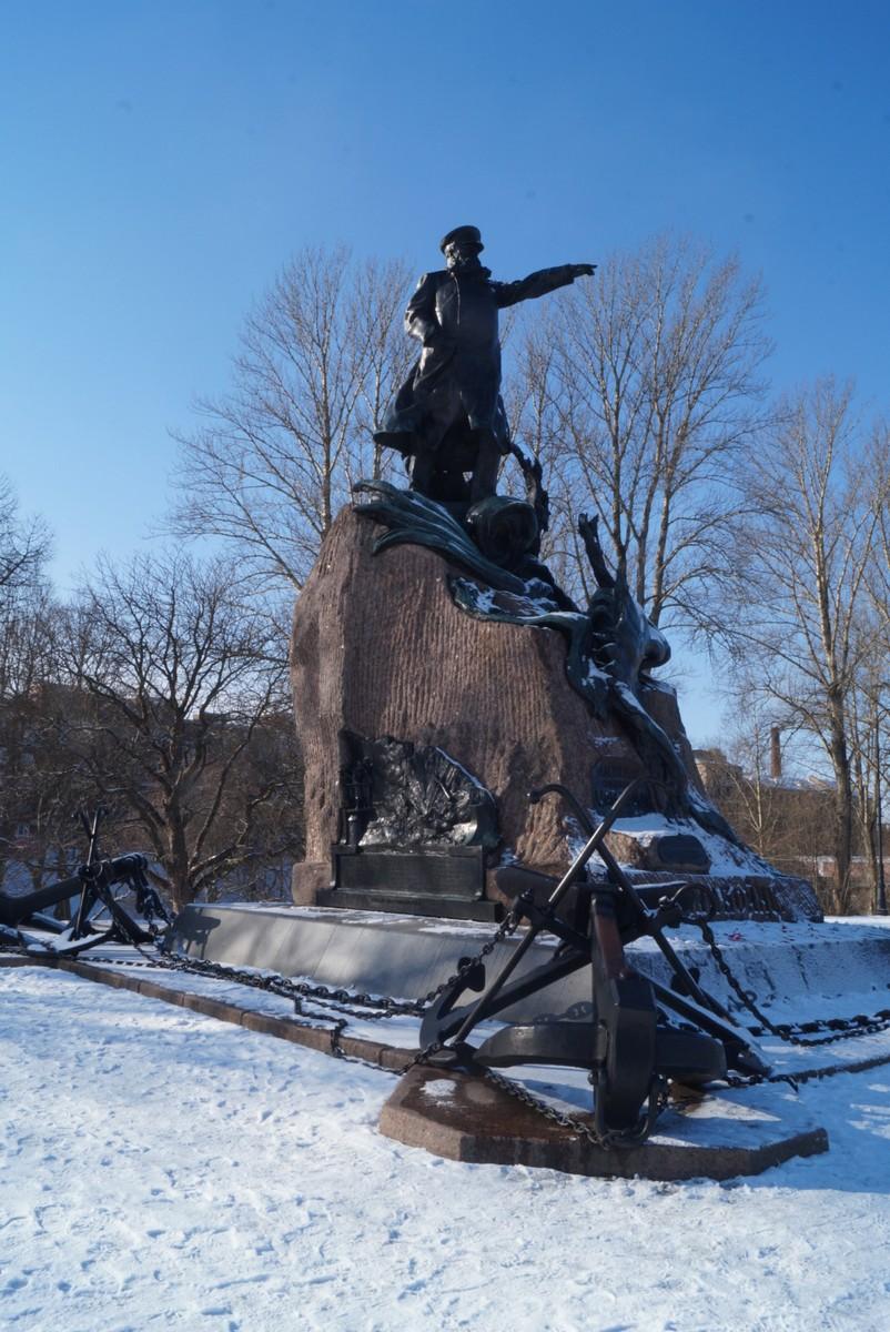 Кронштадт. Памятник адмиралу Макарову на Якорной площади.
