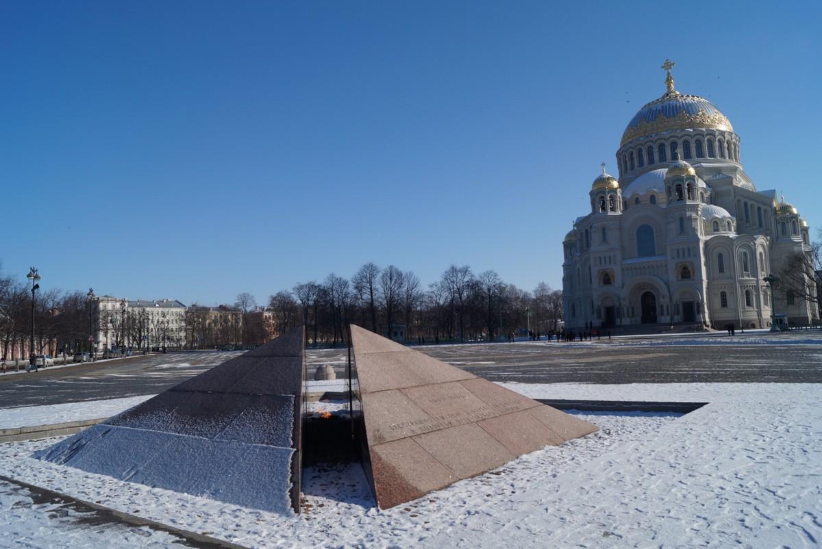 Кронштадт. Вечный огонь и Морской собор на Якорной площади.