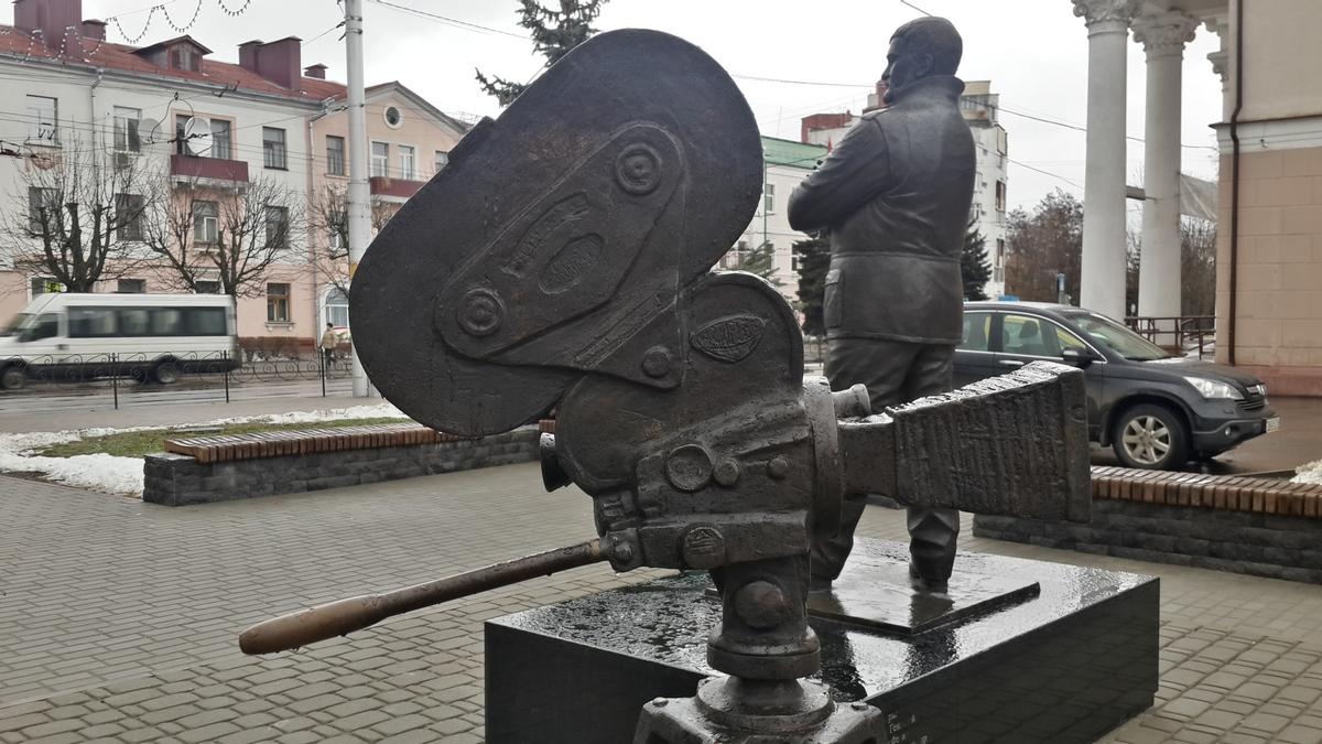 """Бобруйск. Эфраим Севела у кинотеатра """"Товарищ"""" и кинокамера."""