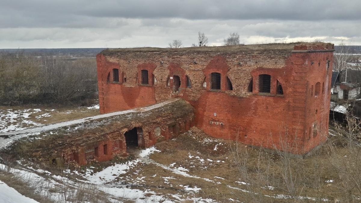 Одно из зданий старой Бобруйской крепости. Мрачная погода дополняет царящее уныние и разруху.