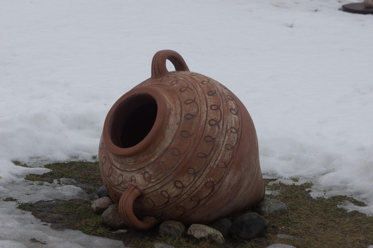 Мозырский замок. Во дворе. Античная ваза.