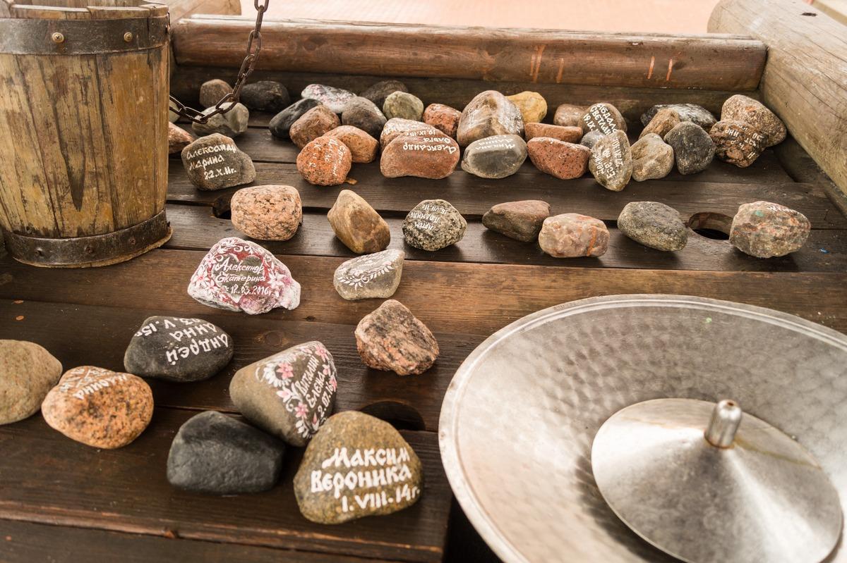 Мозырский замок. Колодец. Камешки от влюбленных - на память и долгую совместную жизнь.