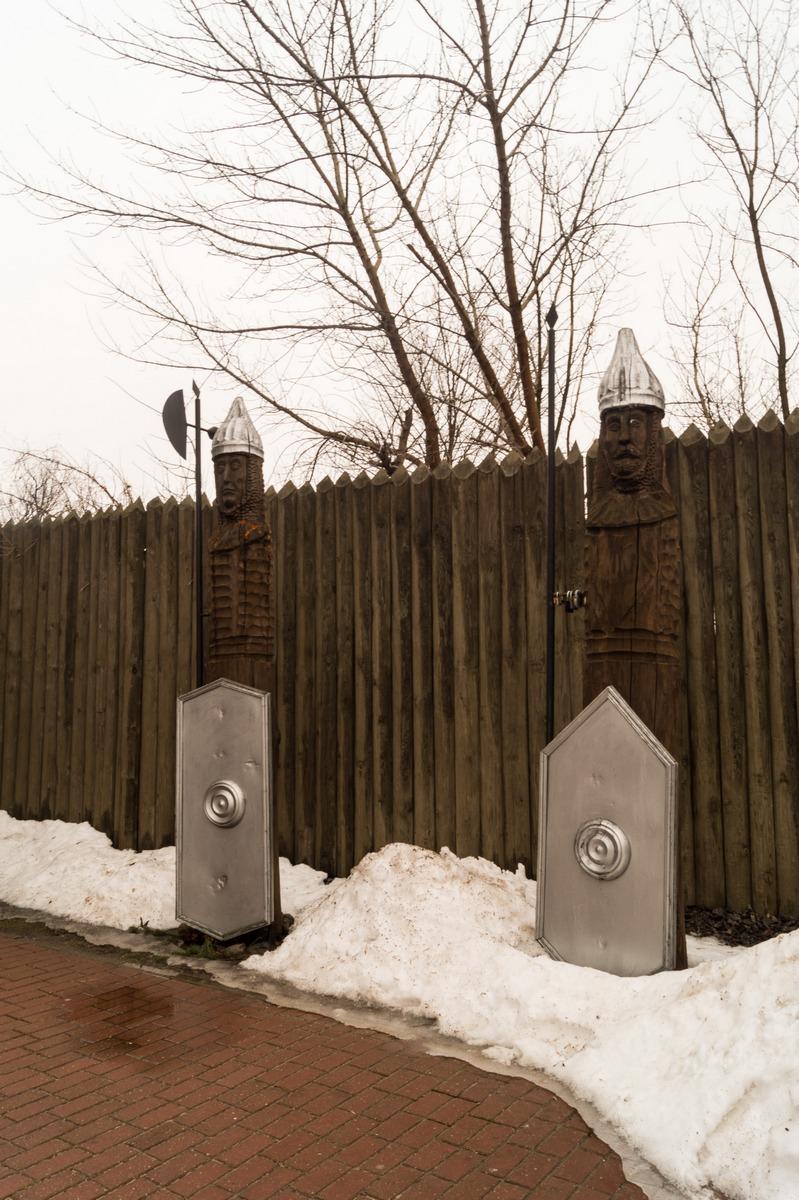 Мозырский замок. Деревянные изображения воинов в доспехах у стены замка.