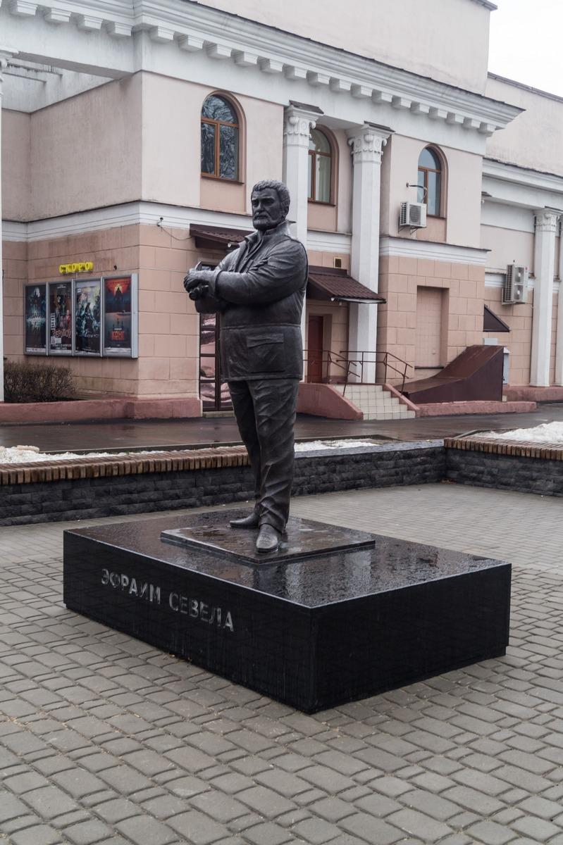 """Бобруйск. Эфраим Севела у кинотеатра """"Товарищ""""."""